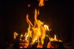 Pomarańczowi płomienie ogień w grabie zdjęcie stock