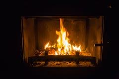 Pomarańczowi płomienie ogień w grabie fotografia stock