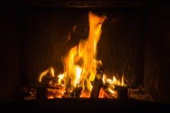 Pomarańczowi płomienie ogień w grabie obraz stock