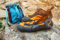 Pomarańczowi pięcie buty, magnez w błękitnej torby stojaku na kamieniu i Wspinaczkowa odzież obraz stock