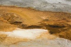 Pomarańczowi strumyczki w hydrothermal terenie Mamutowe Gorące wiosny Obrazy Stock