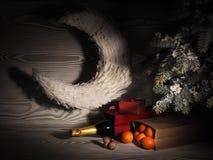 Pomarańczowi tangerines zbliżają zim drzewa piłek bożych narodzeń odosobniony nastroju trzy biel Fotografia Stock