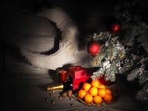 Pomarańczowi tangerines zbliżają zim drzewa piłek bożych narodzeń odosobniony nastroju trzy biel Zdjęcie Royalty Free