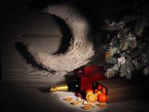 Pomarańczowi tangerines zbliżają zim drzewa piłek bożych narodzeń odosobniony nastroju trzy biel Obrazy Royalty Free