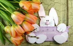 Pomarańczowi tulipany i Easter królik na zielonym rocznika tle obraz stock
