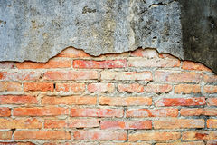 Pomarańczowy ściana z cegieł pękał cementowy Starego, rocznik cegły tło Fotografia Stock