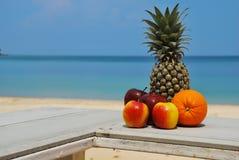 Pomarańczowy ananasowy jabłko na plaży Zdjęcie Royalty Free