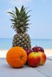 Pomarańczowy ananasowy jabłko na plaży Fotografia Stock