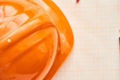Pomarańczowy budowa hełm, rysunkowy papier Obrazy Stock