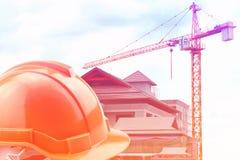Pomarańczowy ciężki kapelusz na budowie obrazy stock