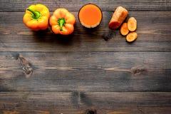 Pomarańczowy detox napój z paprica i marchewka na ciemnym drewnianym tło odgórnego widoku copyspace Obrazy Stock
