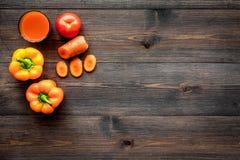 Pomarańczowy detox napój z paprica i marchewka na ciemnym drewnianym tło odgórnego widoku copyspace Zdjęcia Royalty Free
