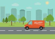 Pomarańczowy doręczeniowy samochód dostawczy na miasta tle Zdjęcia Royalty Free