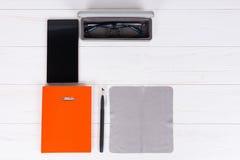 Pomarańczowy dzienniczek z piórem dla organizować rozkład, szkła w op Zdjęcia Stock
