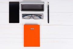 Pomarańczowy dzienniczek z piórem, eleganckimi szkłami i otwartą skrzynką dla szkła, Obraz Royalty Free