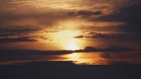 Pomarańczowy epicki słońce błyszczy pięknie za dramatycznymi chmurami zdjęcie wideo