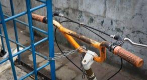 Pomarańczowy handlebar parkujący bicykl blokował łańcuszkową fotografią brać w Jakarta Indonesia Zdjęcia Stock
