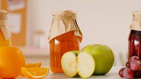 Pomarańczowy jabłczany gronowego soku rżnięty owocowy odżywianie zdjęcie wideo