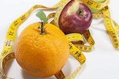 Pomarańczowy jabłko i pomiar taśma Zdjęcia Stock