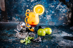 Pomarańczowy koktajl z wapnem i ajerówką Napoju alkoholiczny napój z wapnem, cytrynami i lodem, słuzyć zimno przy restauracją Obraz Stock