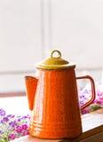 Pomarańczowy koloru czajnik Obraz Royalty Free