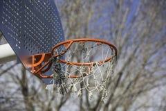 Pomarańczowy koszykówka obręcz w parku Zdjęcie Stock