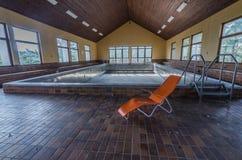 Pomarańczowy lounger w opustoszałym basenie zdjęcia stock