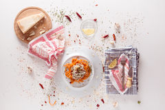 Pomarańczowy makaron i biały kumberland słuzyć na bielu stole Zdjęcie Royalty Free