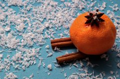 Pomarańczowy mandarine w aniseed kapeluszowym narciarstwie z cynamonu Głęboki błękitny tło z sztucznym śniegiem kosmos kopii fotografia royalty free