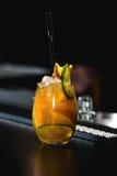 Pomarańczowy Margareta świeży koktajl na stole w barze zdjęcia royalty free