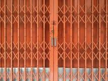 Pomarańczowy ośniedziały ślizgowy metalu drzwi Fotografia Stock