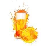 Pomarańczowy plasterek i szkło sok pomarańczowy robić kolorowi pluśnięcia Obrazy Royalty Free