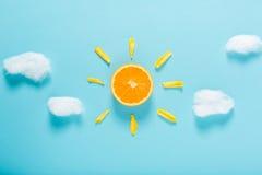 Pomarańczowy plasterek jako słońca pojęcie obrazy royalty free