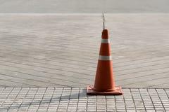Pomarańczowy Plastikowy ruchu drogowego rożek na drodze fotografia royalty free