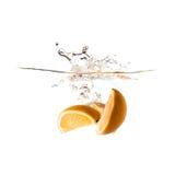 Pomarańczowy pluśnięcie na wodzie, odosobnionej Zdjęcie Stock