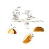 Pomarańczowy pluśnięcie na wodzie, odosobnionej Zdjęcia Royalty Free