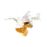 Pomarańczowy pluśnięcie na wodzie, odosobnionej Obraz Royalty Free
