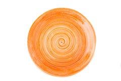 Pomarańczowy round ceramiczny talerz z spirala wzorem na bielu, odosobnionym obraz stock