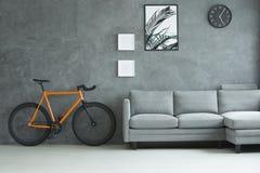 Pomarańczowy rower w żywym pokoju Zdjęcie Royalty Free