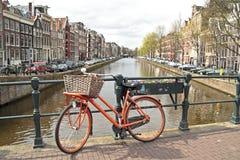 Pomarańczowy rower w Amsterdam mieście w Holandiach Zdjęcia Stock