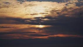 Pomarańczowy słońce błyszczy za dramatycznymi chmurami zbiory wideo