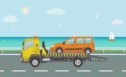 Pomarańczowy samochód na holowniczej ciężarówce na drodze blisko morza, Zdjęcia Stock