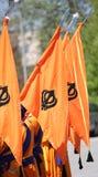 Pomarańczowy sikhijczyk zaznacza z khanda symbolem podczas religiuous procesu zdjęcie stock
