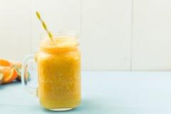 Pomarańczowy soczysty smoothie, lata tło Fotografia Stock