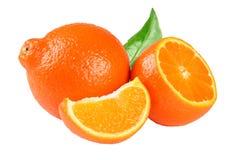 Pomarańczowy tangerine, mandarynka z plasterkami lub liść odizolowywający na białym tle fotografia stock