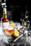 Pomarańczowy whisky koktajl z cytryną i dymem Fotografia Royalty Free