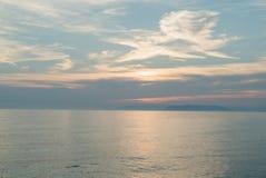 Pomarańczowy zmierzch i morze Zmierzch nad morze w pomarańczowych i czerwonych kolorach zdjęcia stock