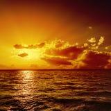 Pomarańczowy zmierzch nad wodą zdjęcie royalty free