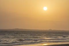 Pomarańczowy zmierzch przy plażą Obrazy Stock