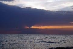 Pomarańczowy zmierzch z zmrokiem - błękit chmury Zdjęcie Stock